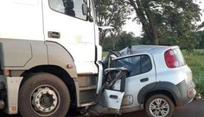 Youtuber e peão de rodeio morrem após carro bater em carreta com toras