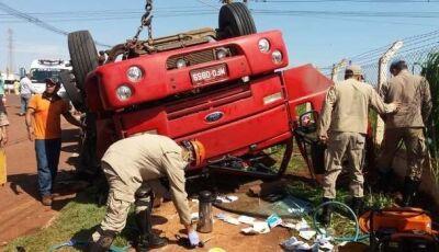 Embriagado, motorista tomba caminhão em Dourados