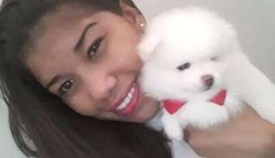 Motorista de aplicativo fura sinal, bate em moto e mulher de 28 anos morre