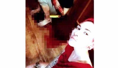 Mulher esfaqueia ex-marido e faz selfie com ele agonizando