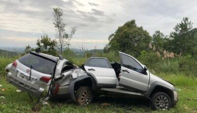 Carreta sem freios atravessa pista, bate em dois carros matando 3 pessoas