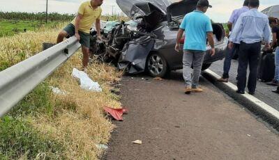 Servidor público morre em colisão com carreta em MS e esposa e filhos ficam feridos