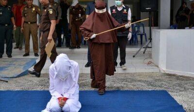 Indonésia forma equipe de açoitadoras em público, e mulher é punida por uma delas