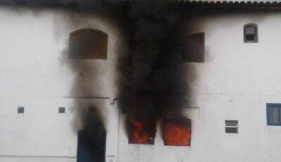 Três crianças morrem e uma mulher fica ferida durante incêndio em casarão