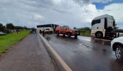 Ônibus com universitários bate em caminhão no anel viário