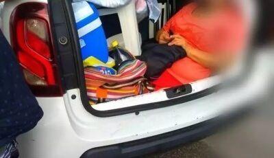 Motorista é flagrado levando a sogra no porta-malas