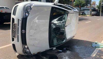 Motorista avança sinal vermelho e provoca capotamento na Capital