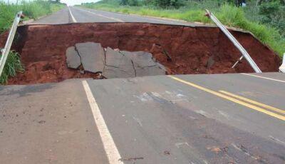 Após 'rampar' ponte quebrada, airbags foram acionados e motorista sai ileso, VEJA FOTOS