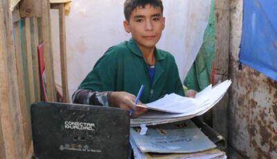 Menino com apenas 12 anos abriu uma escola em seu quintal para ajudar outras crianças