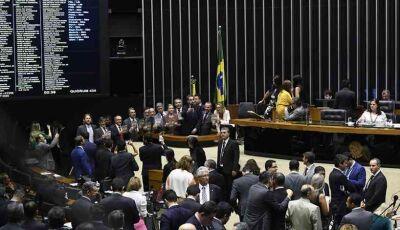Deputados apresentam propostas para cortar próprios salários em 50% durante pandemia