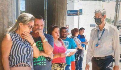 """Demitidos fazem fila para sacar auxílio """"bem vindo"""" na reabertura dos bancos"""