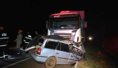 Acidente entre carro e carreta mata cinco da mesma família em Dourados