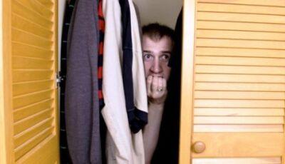 Amante apavorado chama a polícia de dentro do armário