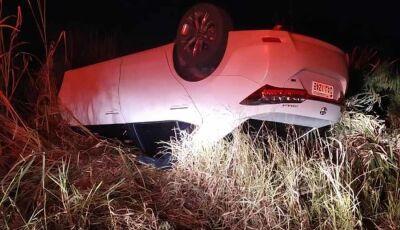 IVINHEMA: Carro de médica capota na MS-276 e deixa três pessoas feridas