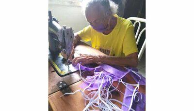 Idosa de 87 anos faz máscaras para doar as pessoas carentes