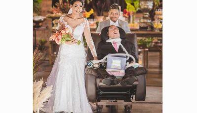 Pai com doença degenerativa leva filha ao altar: 'Ele não fala, não anda, mas sente muito'