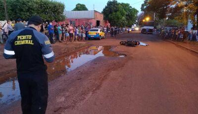 Mulher de moto morre após desviar de buraco e cair embaixo de roda de carreta