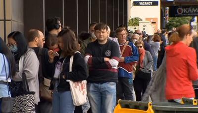 Comerciante doa notas de US$ 100 na fila do seguro-desemprego: covid-19
