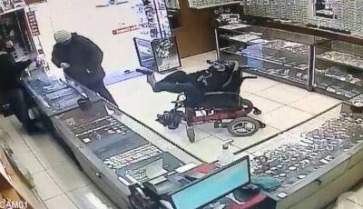 Cadeirante mudo assalta joalheria com arma nos pés; assista ao vídeo
