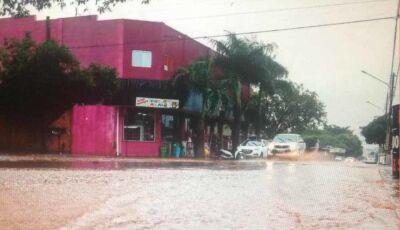 """Avenidas viram """"rio vermelho"""" com fortes chuvas que caem desde a madrugada na capital"""