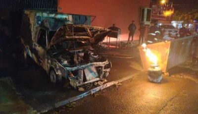Incêndio deixa veículos destruídos em açougue e assusta moradores