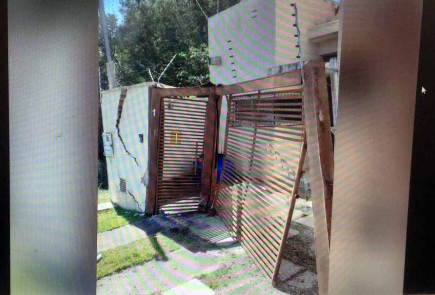Residência ficou danificada depois de impacto do caminhão (Foto: Divulgação/Corpo de Bombeiros) - CREDITO: CAMPO GRANDE NEWS