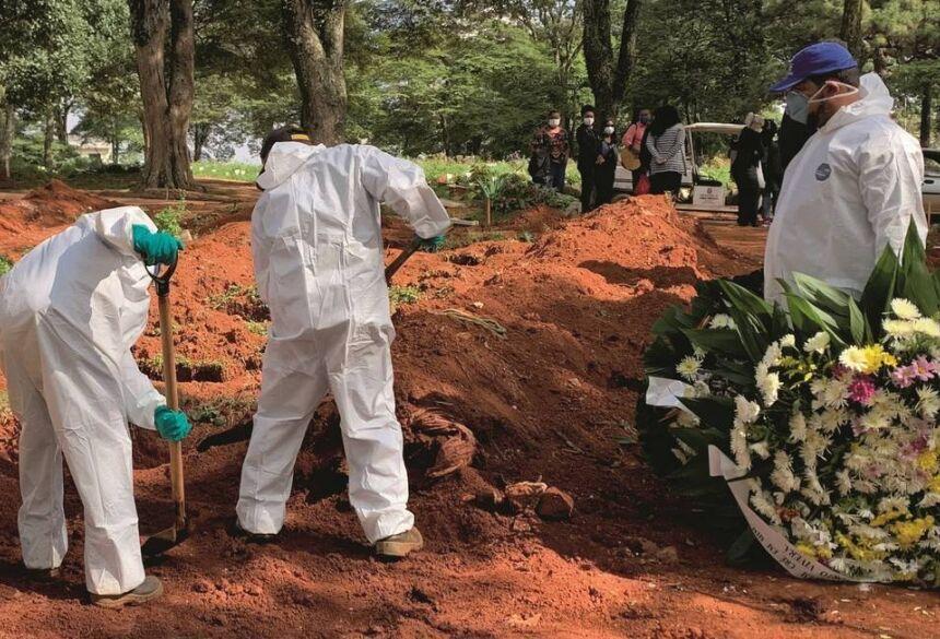 epoca.globo.com A escalada dos enterros das vítimas suspeitas de coronavírus