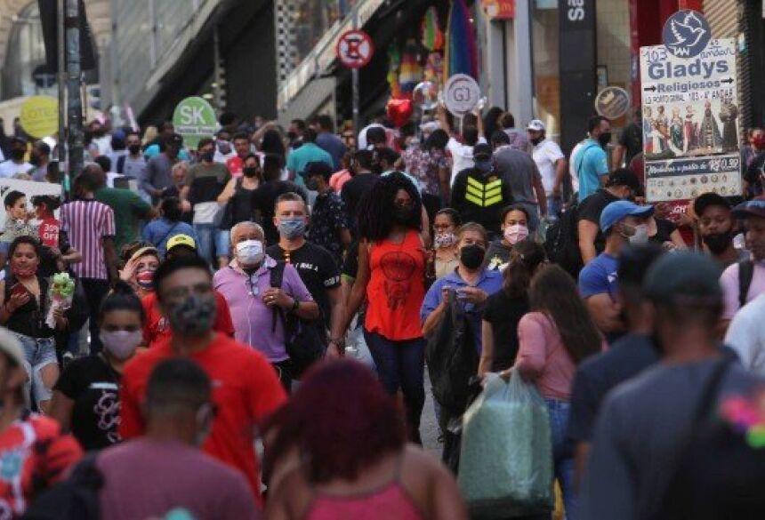 Pessoas caminham por região lotada em São Paulo, contrariando medidas de isolamento social, na última sexta-feira (19)