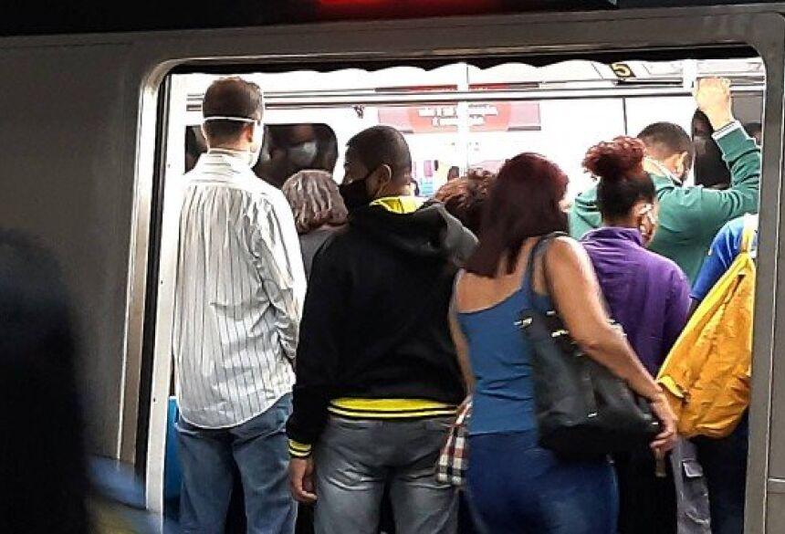Aglomeração em composição do metrô na estação Central do Brasil, no Rio, na última terça-feira (23)