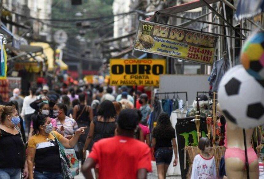 Pessoas se aglomeram em rua no Rio na última segunda-feira (29)
