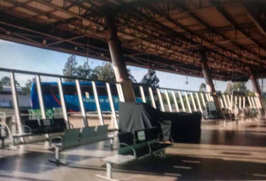 Saguão do terminal completamente vazio em tempos de pandemia