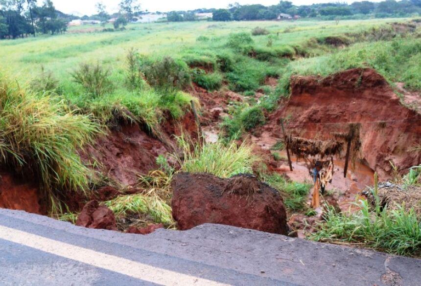 Erosão interdita parte da rodovia que liga Ivinhema a Nova Andradina