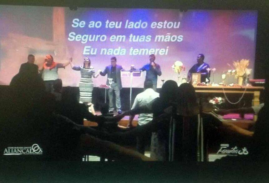 Imagens compartilhadas pela própria igreja mostram fieis de mãos dadas durante culto