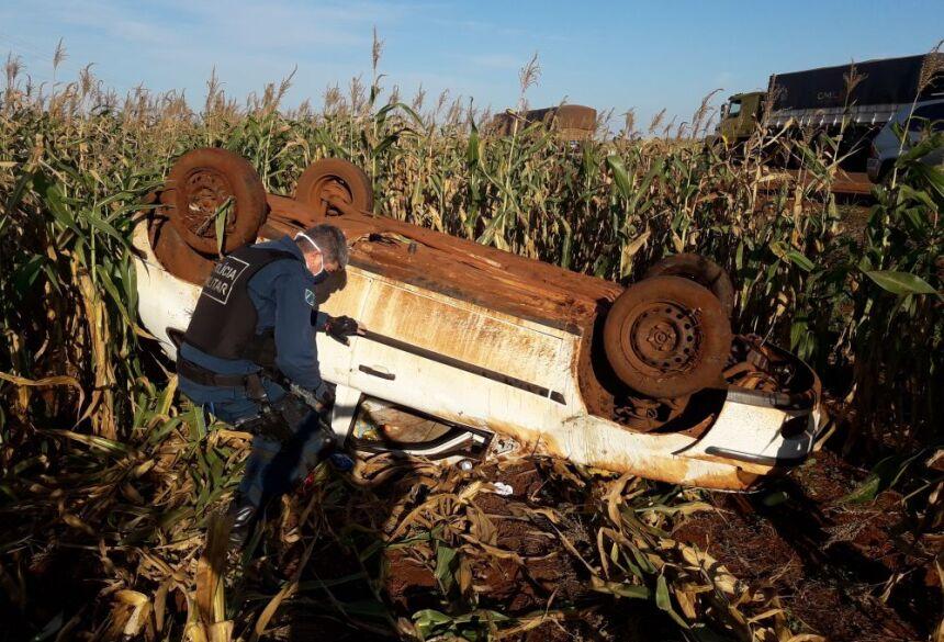 Carro parou capotado em meio a milharal as magens da rodovia