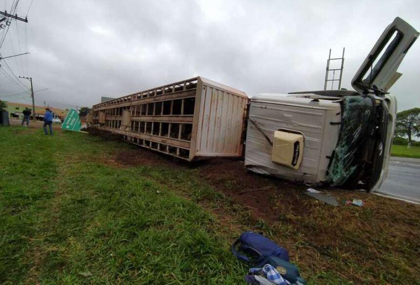 Um caminhão boiadeiro tombou ao fazer a rotatória no trevo na avenida JK, na saída para Miranda em Anastácio