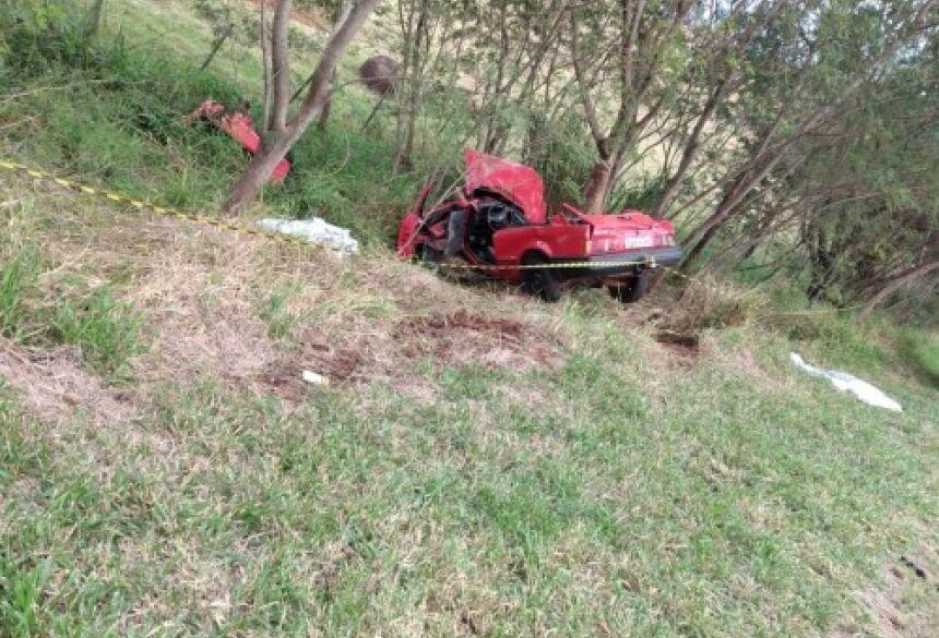 o Escort seguia sentido distrito de Luz Marina, quando saiu da pista e bateu contra uma árvore.