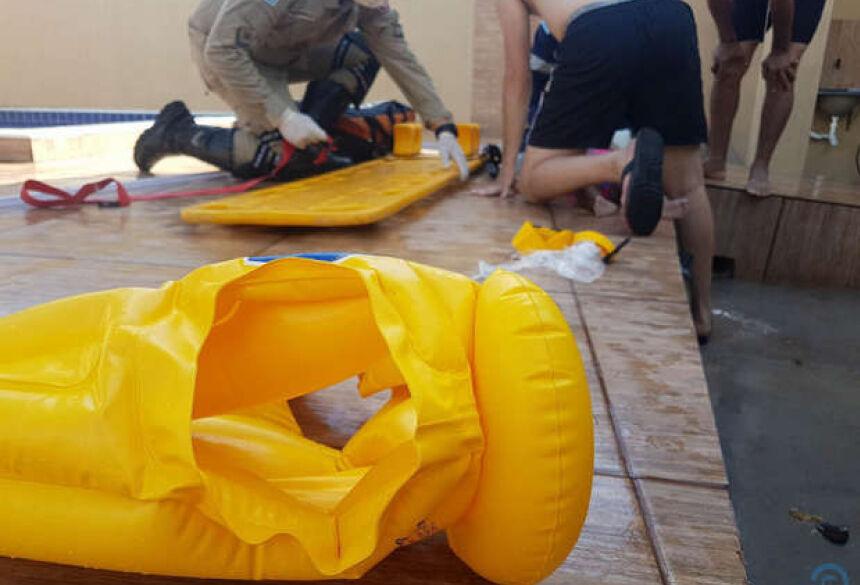 a criança estava próxima da piscina da residência
