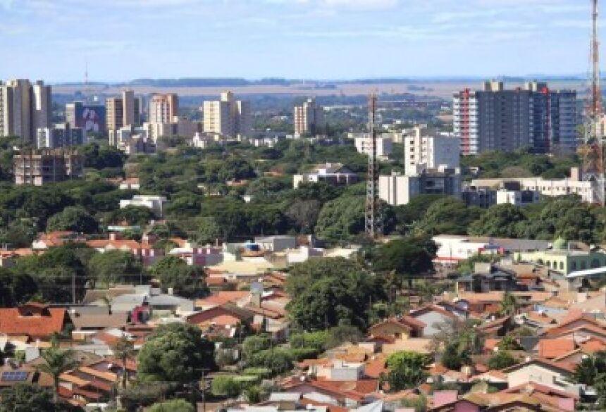 Com mais 86 casos de coronavírus, a cidade de Dourados soma neste domingo 1.807 registros da doença, dos quais 603 estão curados. Os dados são do boletim epidemiológico da prefeitura.  Dos 1.807 casos, 1.160 cumprem isolamento domiciliar enquanto 63 estão