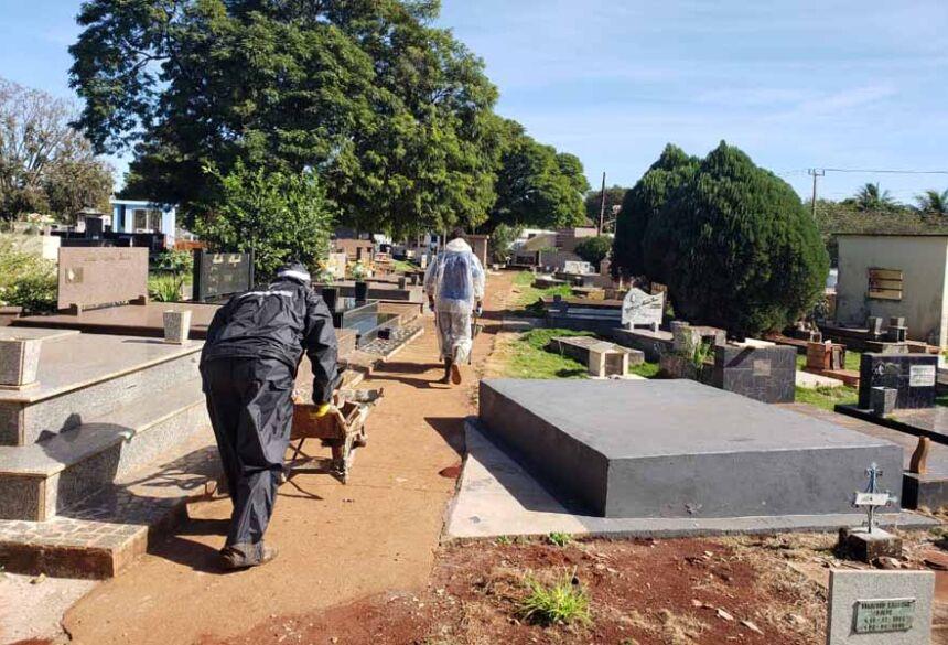 Coveiros usam roupas de proteção para sepultar vítimas do coronavírus em Dourados