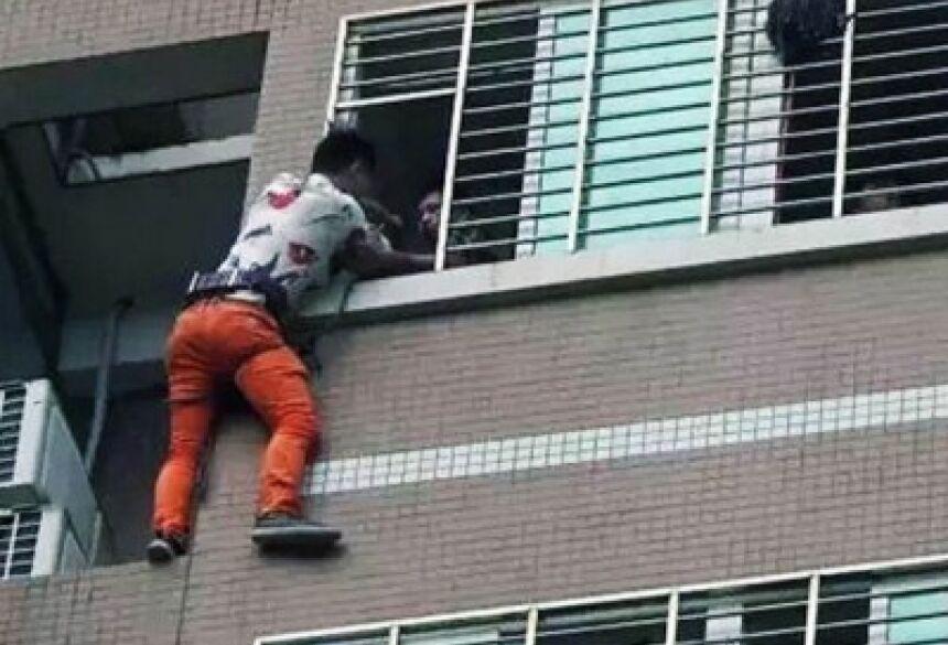 uma corda foi amarrada ao rapaz para que ele pudesse ser puxado para dentro do prédio em segurança.