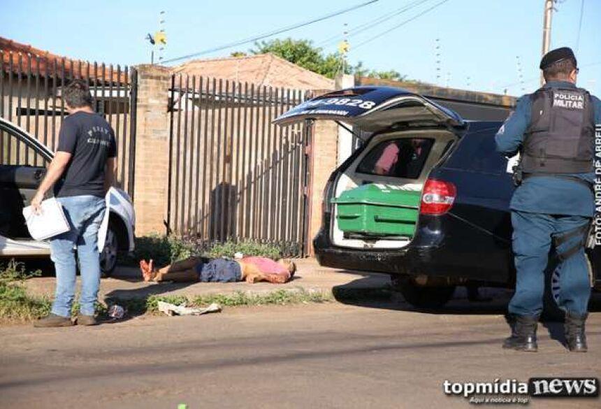 Um homem de 40 anos foi encontrado morto dentro de uma residência por volta das 22  horas de ontem (25), na rua Irmãos Spinelly, no bairro Parque São Carlos, em Três Lagoas.  Conforme o Boletim de Ocorrência, a vítima foi em encontrada desacordada na casa