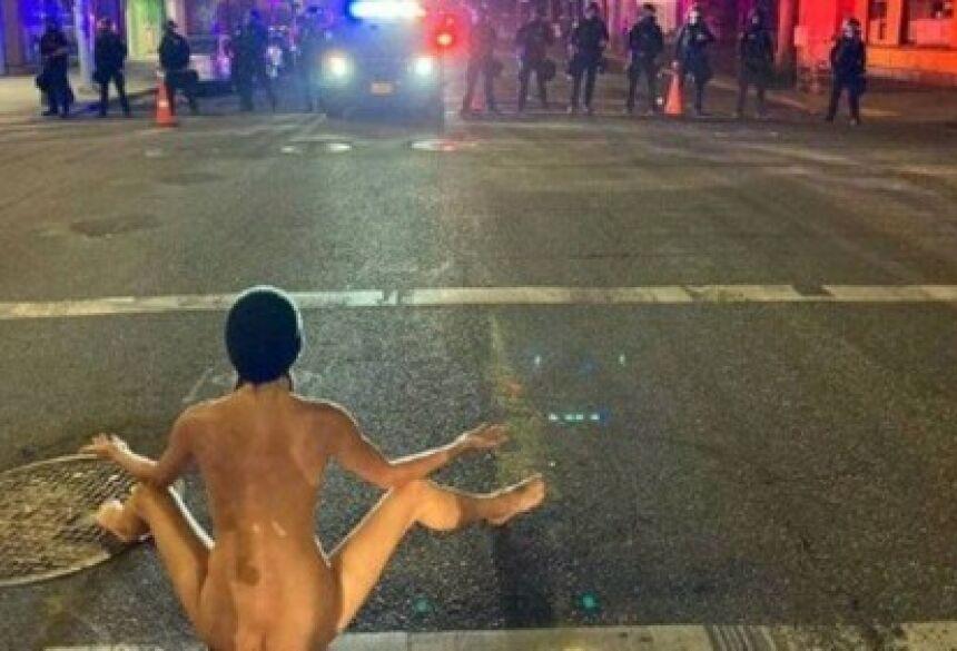 Os policiais deixaram o local dez minutos depois que a mulher nua iniciou o protesto.