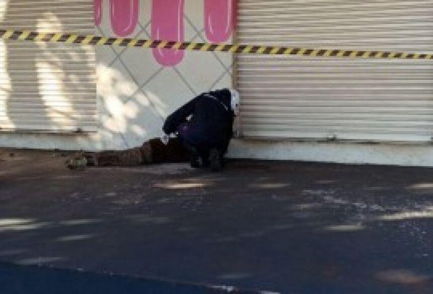 O homem foi encontrado na calçada em frente a uma loja