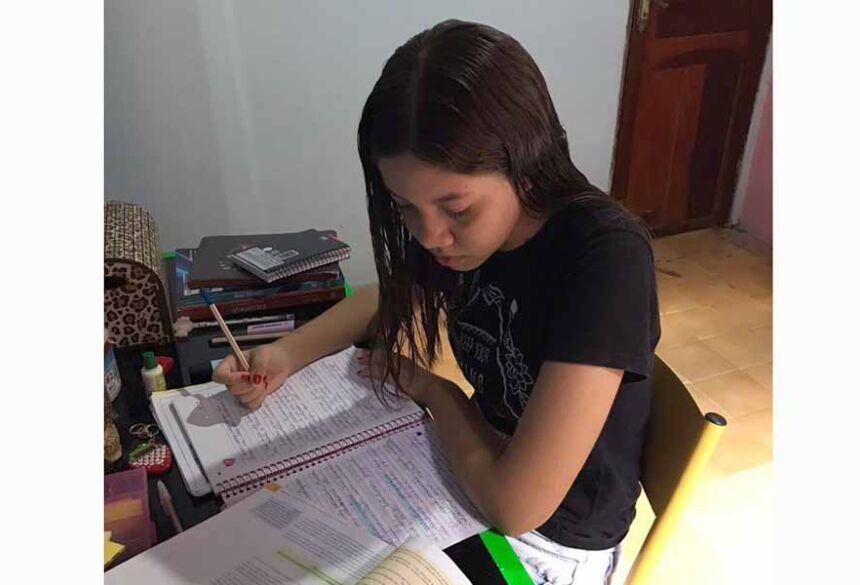 A estudante maranhense Yasmine Schulz estuda em casa e afirma que não conseguiu se adaptar ao ensino à distância.