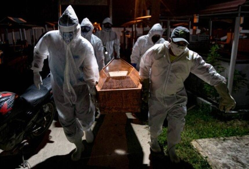 Enterro de vítima da Covid-19 na Ilha de Marajó, no Pará