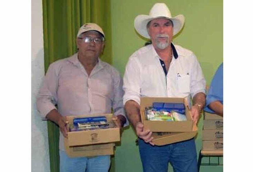 À esquerda, o vereador Zé Corim, com o prefeito de Terenos, Donizete Barraco.