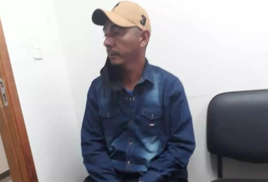 Luis Benitez Vargas logo após se entregar à Polícia Nacional /