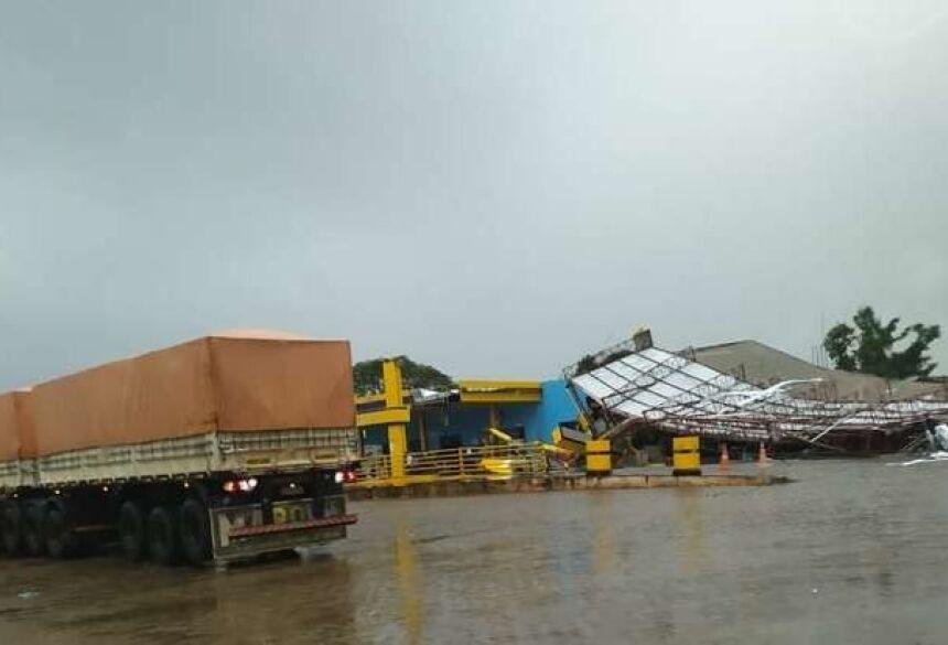 Chuva destruiu posto de gasolina em Juti.