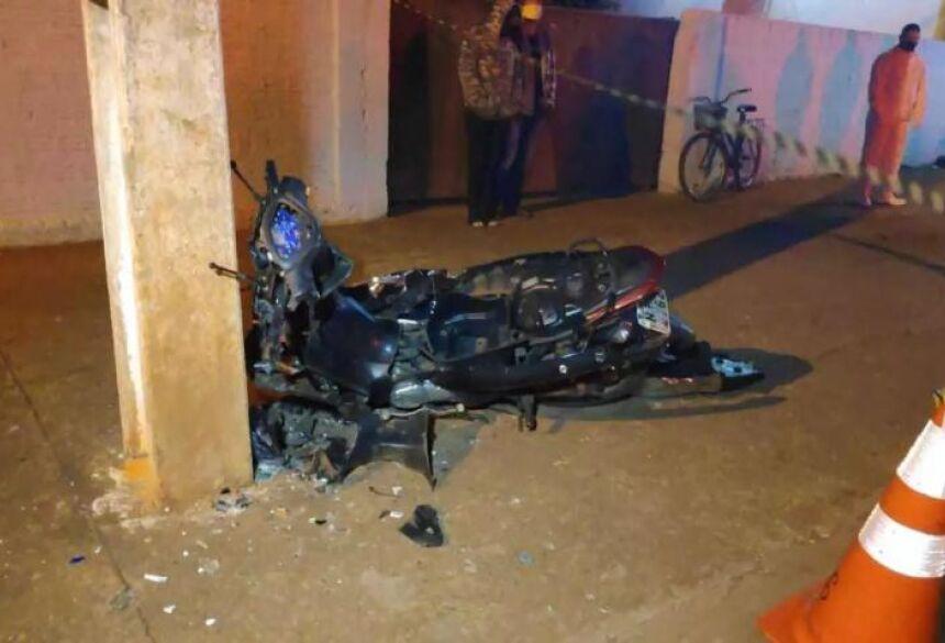 A moto ficou destruída e a vítima morreu antes de receber socorro