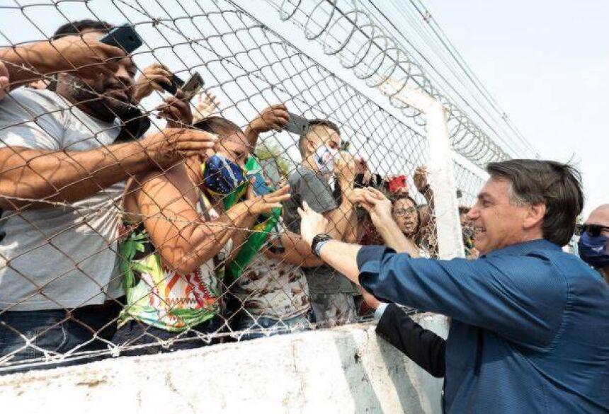 Bolsonaro cumprimenta apoiadores em Corumbá. (Foto: Carolina Antunes/PR)